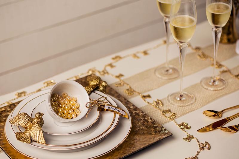 Para os supersticiosos, que tal iluminar a mesa com toques de dourado? Se ele atrai riqueza ou não, não podemos afirmar. Só podemos garantir que ele é luxuoso e requintado.