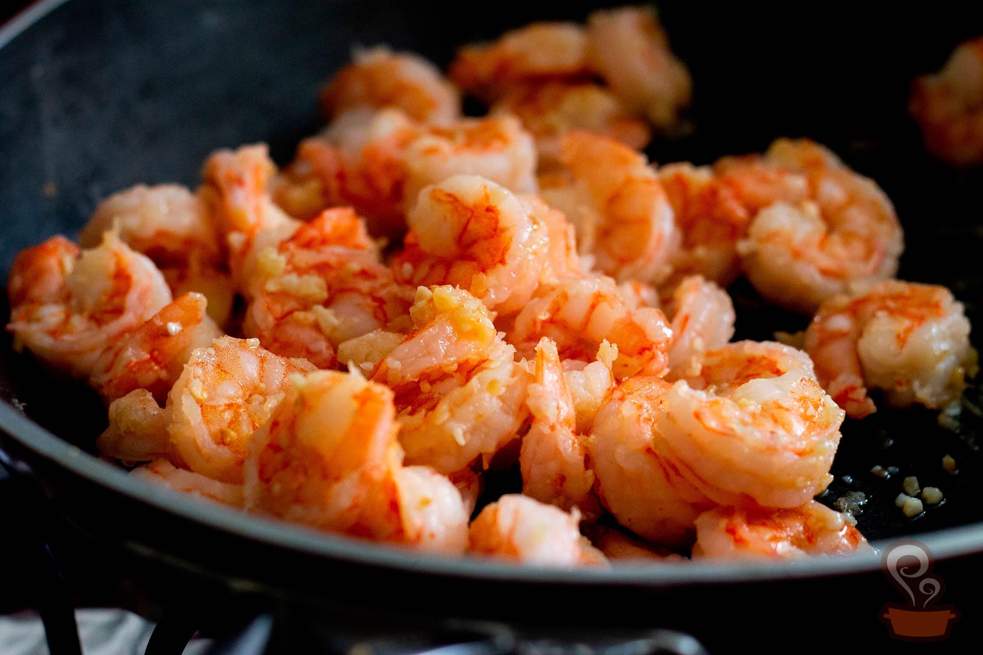 Imagem: Esse risoto integral leva camarão e vai te conquistar já na primeira garfada. Foto: Na Minha Panela.