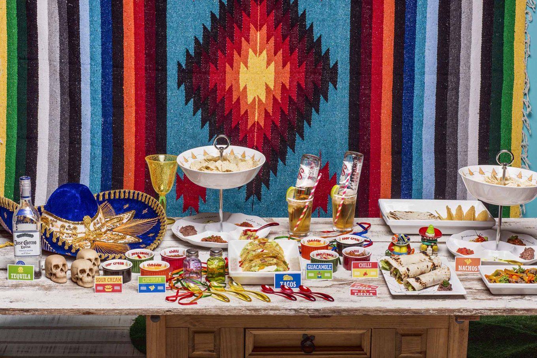 Imagem: Para deixar sua festa mexicana mais animada você pode preparar drinks especiais ou pequenos shots da bebida característica do México: a tequila!Na decoração, aposte nas formas e cores de louça e capriche nos acessórios para enfeitar a mesa!