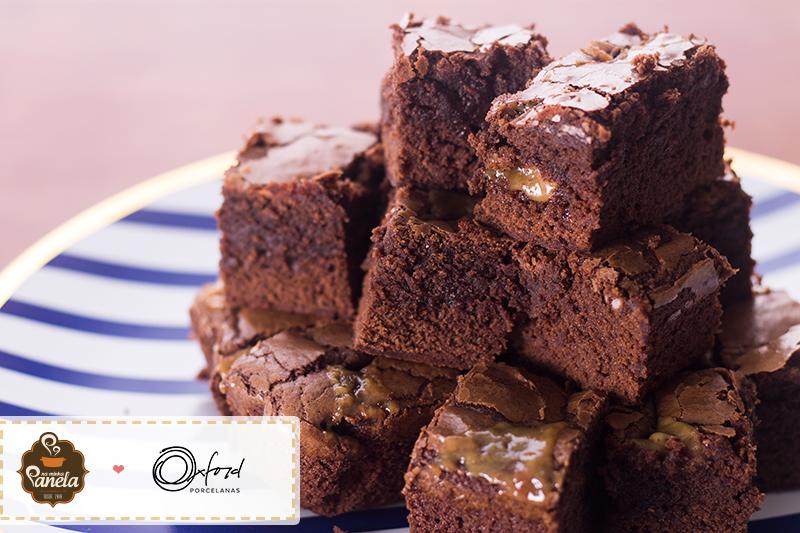 Imagem: Ainda não se convenceu a correr pra cozinha e fazer essa delícia de brownie com caramelo? Que tal dizer que, quando o brownie está quentinho, o caramelo fica puxa-puxa?
