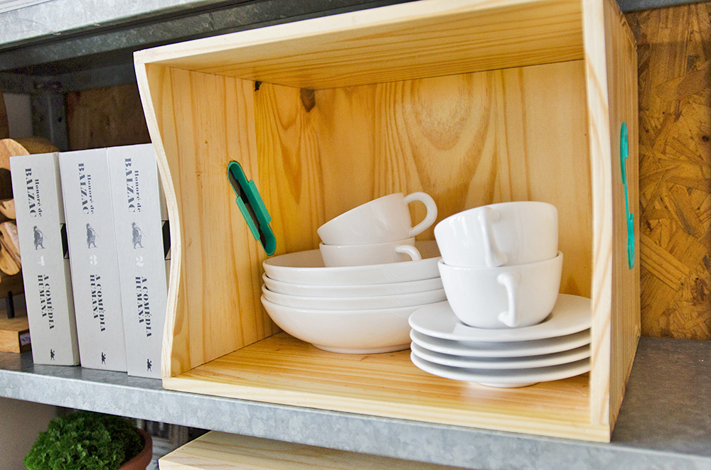 Nichos da estante com caixotes de madeira