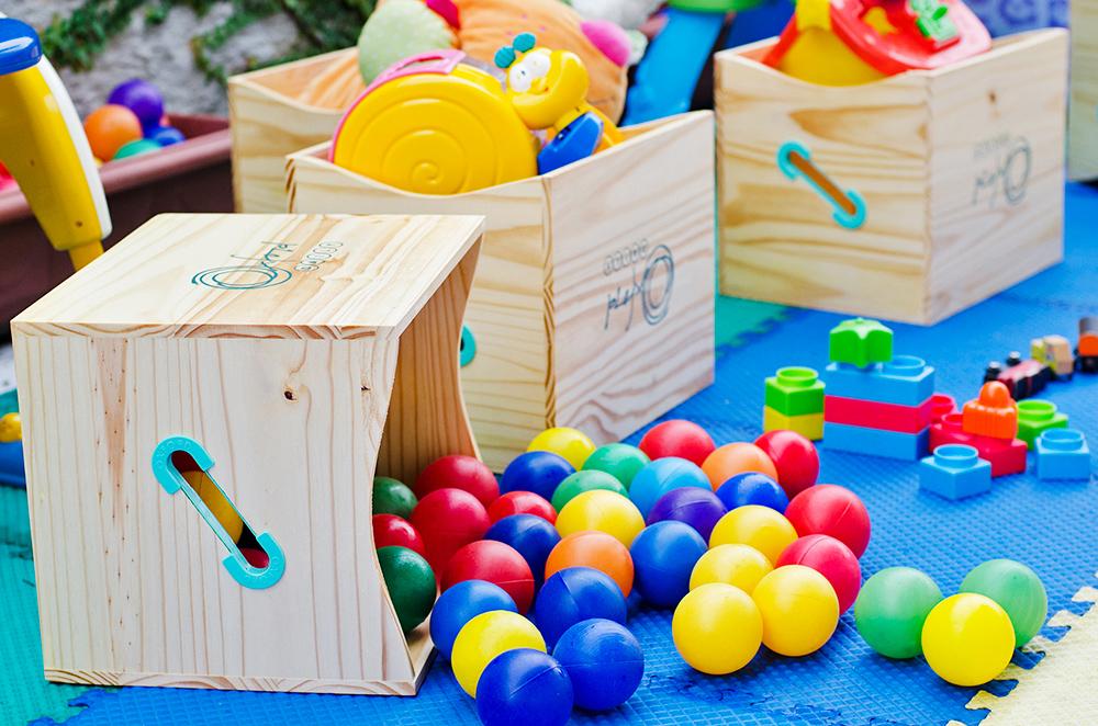 Caixote de madeira para organizar brinquedos
