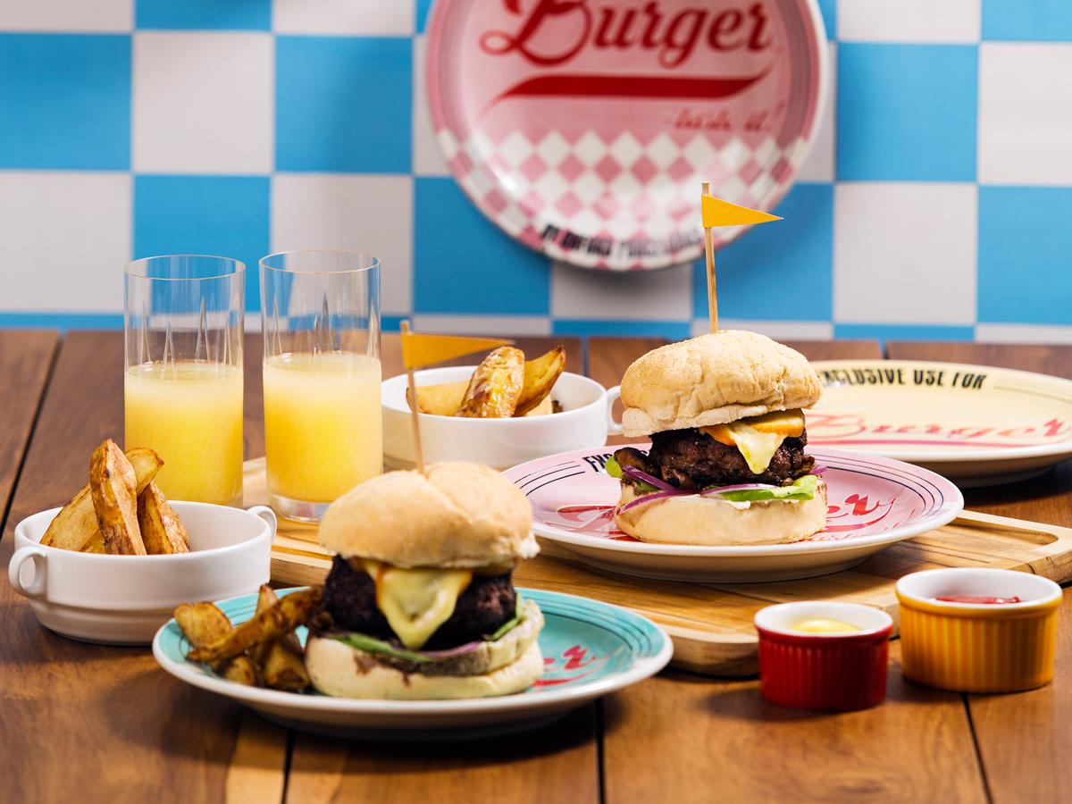 O conjunto de pratos para hambúrguer da Oxford Daily vai deixar sua casa com a época de ouro do rock 'n' roll.