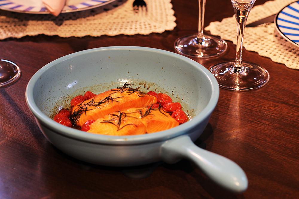 Salmão na frigideira Linea, da Oxford Cookware.