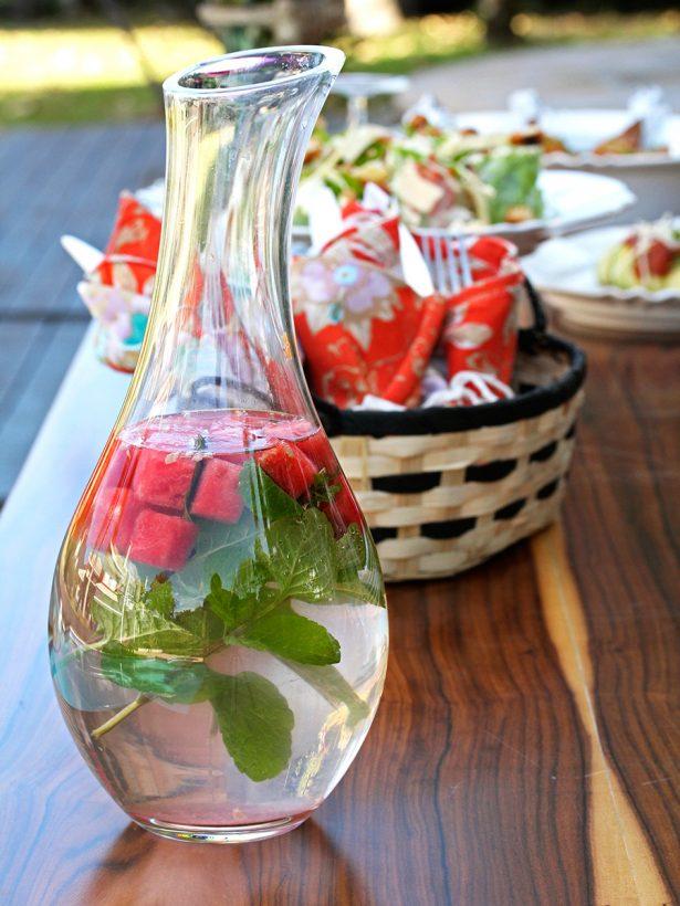 Imagem: Uma água saborizada de melancia com hortelã é leve e refrescante, perfeita para uma recepção à beira da piscina! Foto: Equipe Oxford.