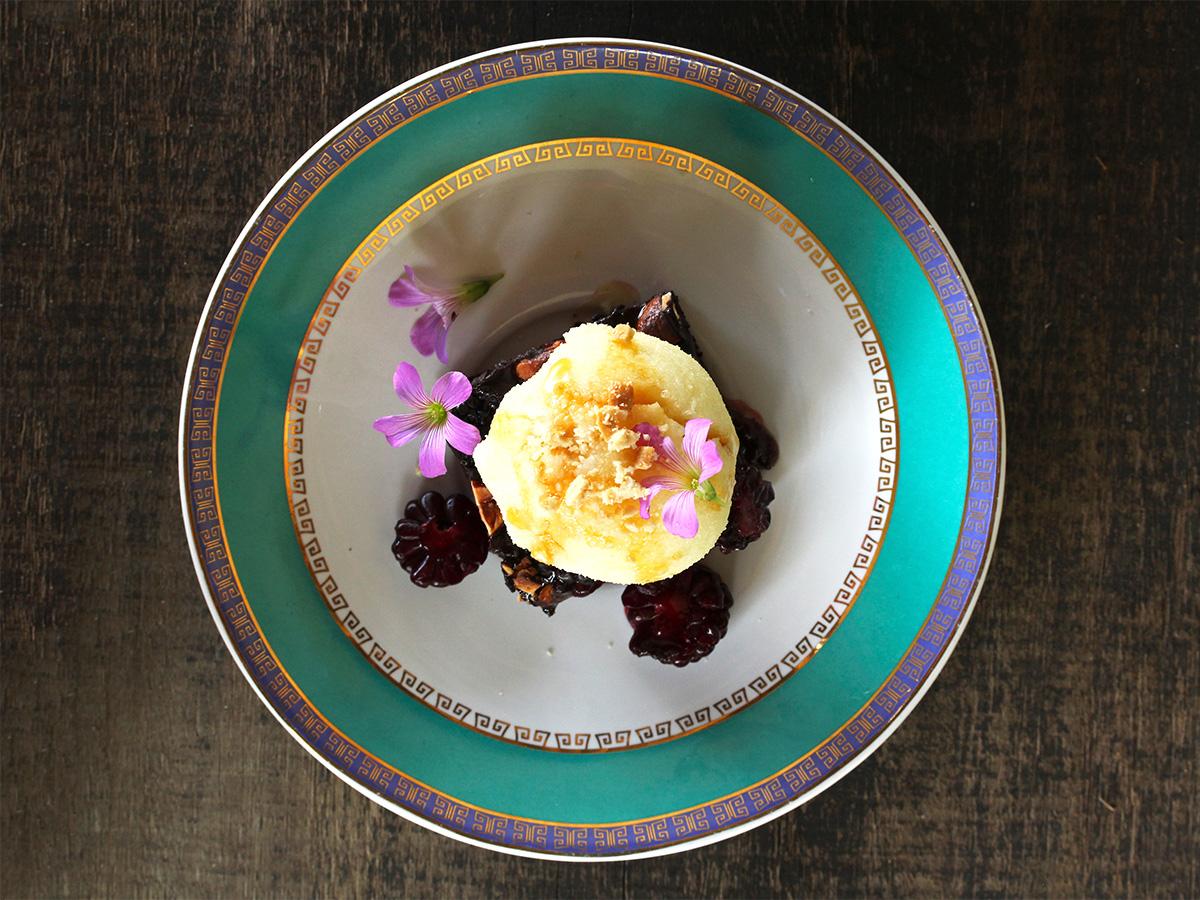 Imagem: Brownie com sorvete servido no lindo pires da coleção Flamingo Joia Brasileira (http://loja.oxfordporcelanas.com.br/?s=joia+brasileira), da Oxford Porcelanas. Foto: Equipe Oxford.