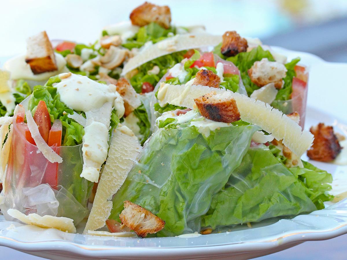 Imagem: Uma Caesar Salad é o prato perfeito para uma recepção na beira da piscina. Aliás, já mostramos uma receita dela aqui no blog. http://blog.oxfordporcelanas.com.br/a-melhor-caesar-salad/. Foto: Equipe Oxford.