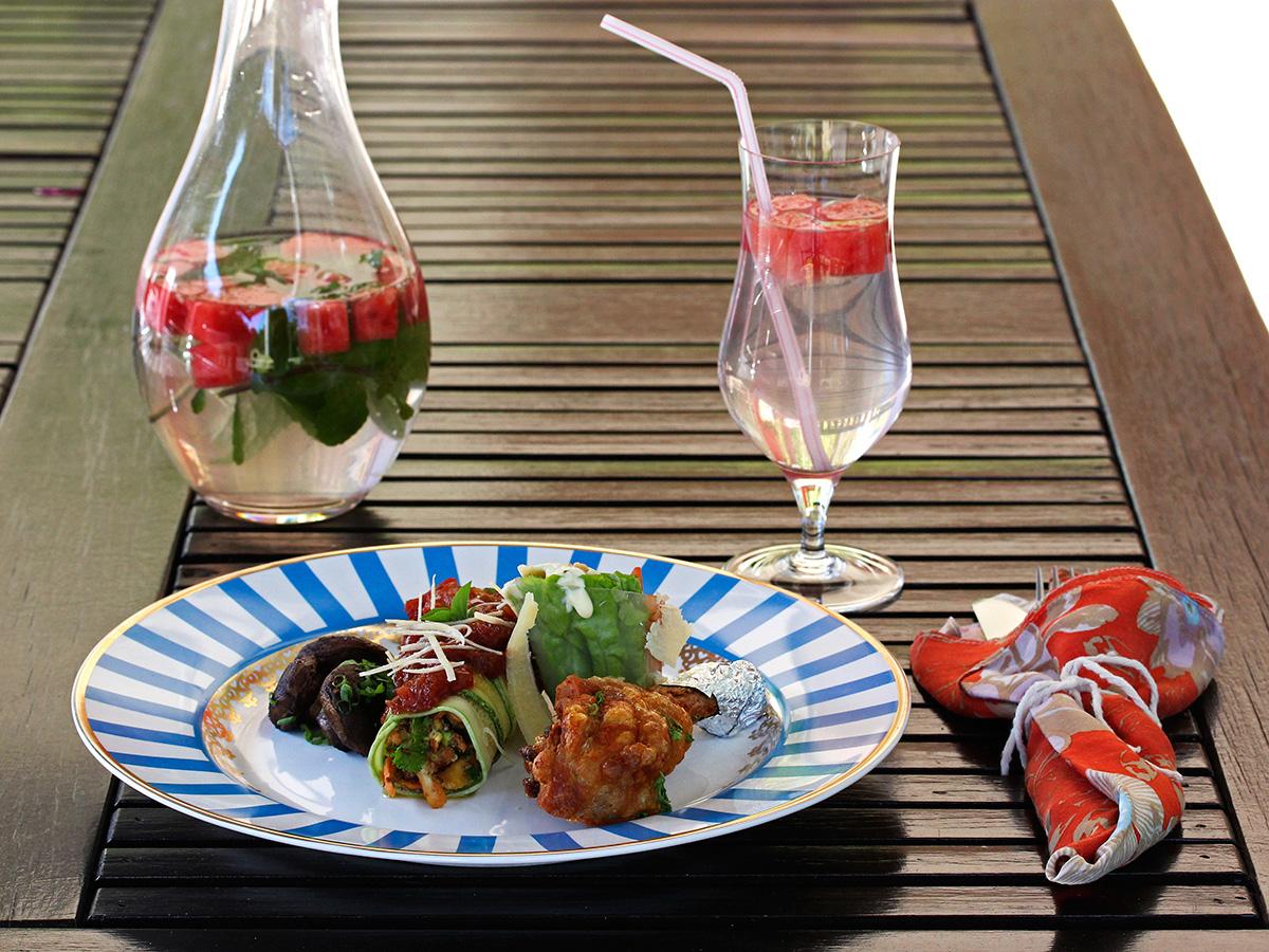 Imagem: Na hora da refeição, convide as pessoas para se servirem no buffet. As mesas podem ter marcadores de lugar ou não, fica a seu critério. O prato é o Flamingo São Basílio, da Oxford Porcelanas (http://loja.oxfordporcelanas.com.br/?s=s%C3%A3o+bas%C3% ADlio). E a taça Tulipa é da Oxford Crystal (http://loja.oxfordporcelanas.com.br/ produto/crystal/profissional-crystal/cervejas/tacas-de-cerveja-linha-7000/). Foto: Equipe Oxford.
