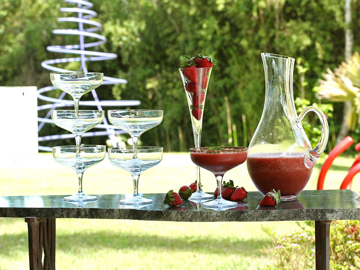 Imagem: Uma mesa que é um charme para uma bebida com mais charme ainda! O frozen de morango foi servido em lindas peças da Oxford Crystal: a Jarra (http://loja.oxfordporcelanas.com.br/produto/crystal/jarra-de-cristal-9000/) e a Taça Vintage (http://loja.oxfordporcelanas.com.br/ produto/crystal/taca-lisaclassic/taca-vintage-classic-250ml/).