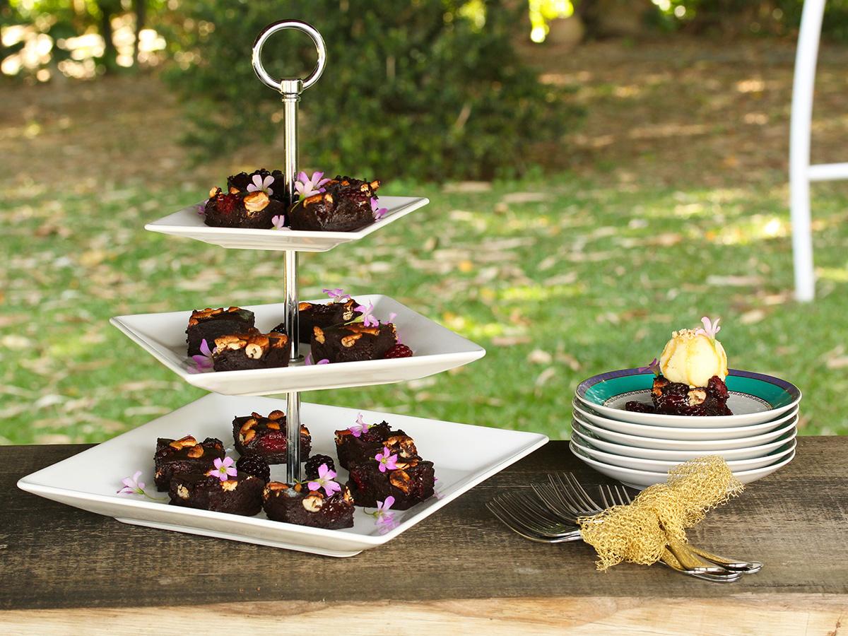 Imagem: Mesa especial para sobremesas. Colocamos o nosso brownie na Fruteira Quartier (http://loja.oxfordporcelanas.com.br/produto/oxford-porcelanas-2/comple mentos/fruteira-quartier-docesalgado/)! Para deixar o visual mais moderno, deixamos os pratos da fruteira desalinhados. Foto: Equipe Oxford.