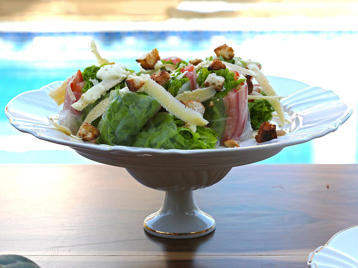 Imagem: Para servir os pratos, use a criatividade! Uma taça de sobremesa Soleil Victória serviu de suporte para a salada, servida num prato raso dessa mesma coleção. Foto: Equipe Oxford.