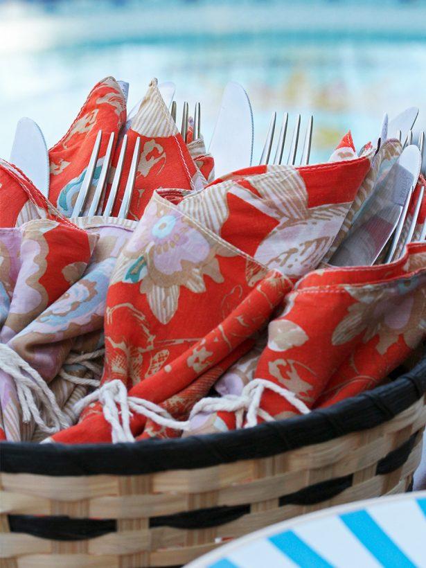 Imagem: Amarramos os talheres com os guardanapos. Além de ficar um charme, também facilita para o convidado, que não vai precisar segurar tantas coisas ao mesmo tempo enquanto se serve. Foto: Equipe Oxford.