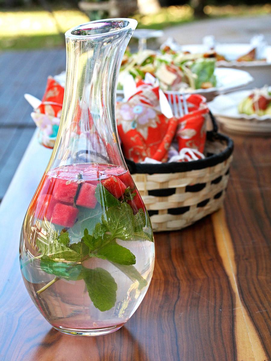 Foto: Equipe Oxford. A água saborizada fica ainda mais bonita quando servida na garrafa ou na jarra da Oxford Crystal