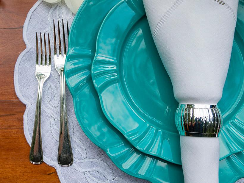 As louças são Soleil Dreams da Oxford Porcelanas e as taças são da linha Classic 600 da Oxford Crystal.