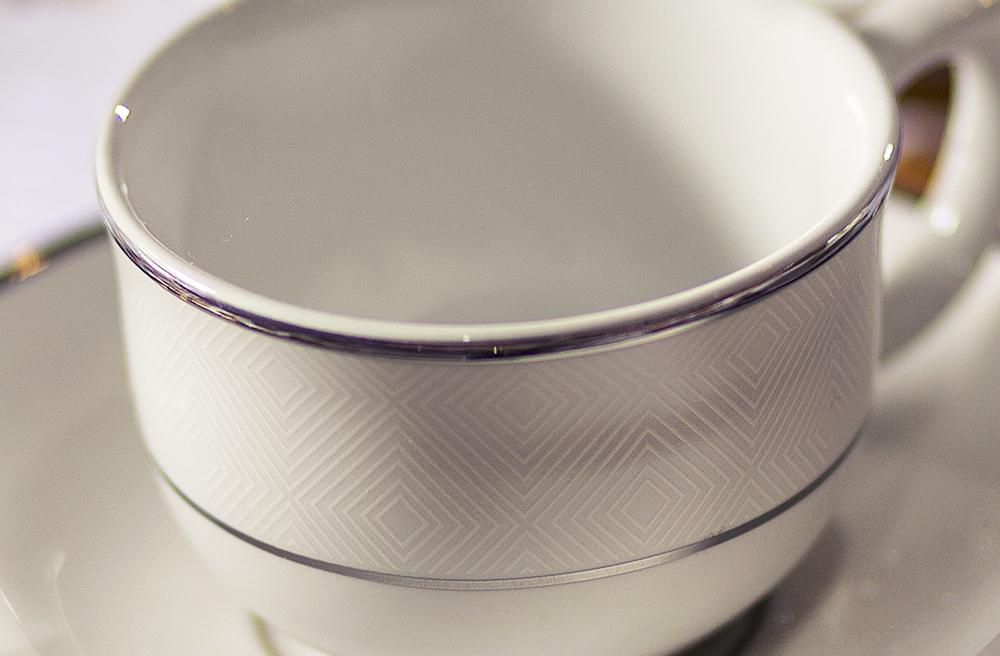 Detalhe da decoração do Flamingo Diamond. As bordas das xícaras e pratos possuem essa padronagem geométrica.
