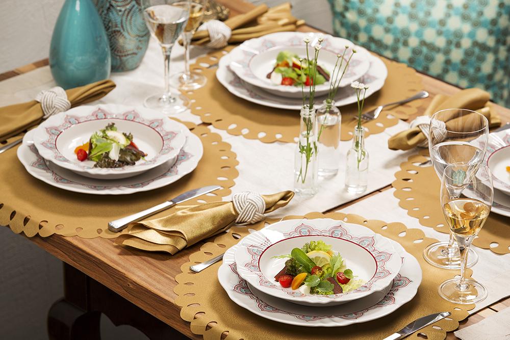 Imagem: Os arranjos com garrafinhas também marcam presença nessa mesa mais informal com a coleção Soleil Talismã e as taças Classic 517. Aliás, já falamos dessa linha de louças em outro post aqui do blog.