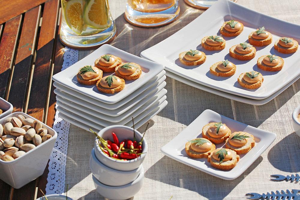 Imagem: Torradas com maionese de tomate seco servidas nos pratos da coleção Nara White. Esse lançamento da Oxford Porcelanas foi inspirado na arquitetura oriental. Você pode saber mais sobre essa linha aqui. Foto: Equipe Oxford.