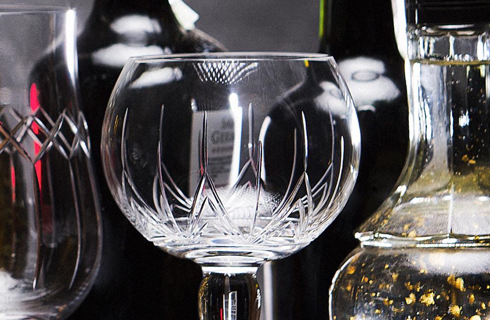A lapidação das peças da Oxford Crystal também é feita de maneira artesanal.
