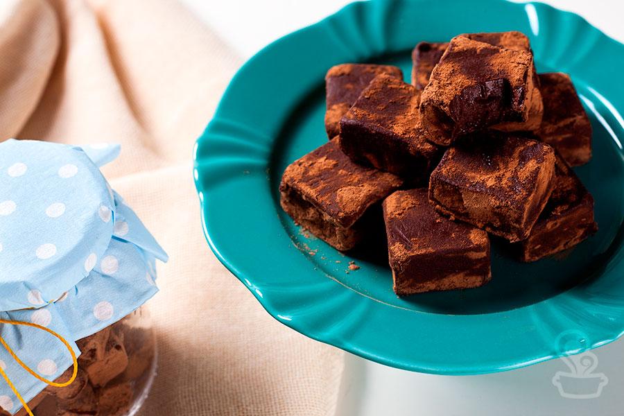 Não tem ninguém que consiga resistir a um quadradinho cremoso de chocolate <3 Sem contar que é super fácil de fazer!