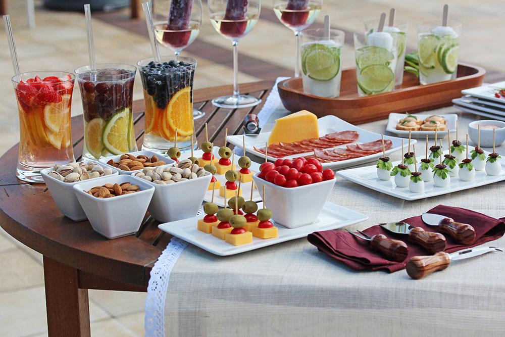 Imagem: Muitos petiscos práticos para os convidados comerem com as mãos, bebidas refrescantes e uma mesa bonita o ar livre. Receita para um lindo e saboroso happy hour com os amigos. Foto: Equipe Oxford.