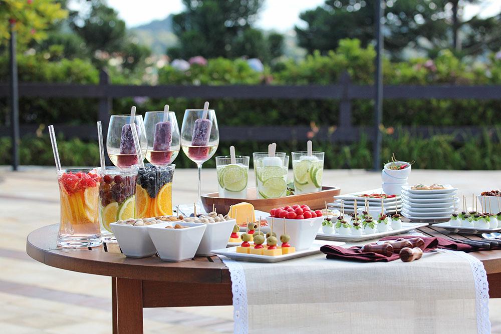 Imagem: Uma mesa ao ar livre, louças brancas, taças e copos de puro cristal. Foto: Equipe Oxford.
