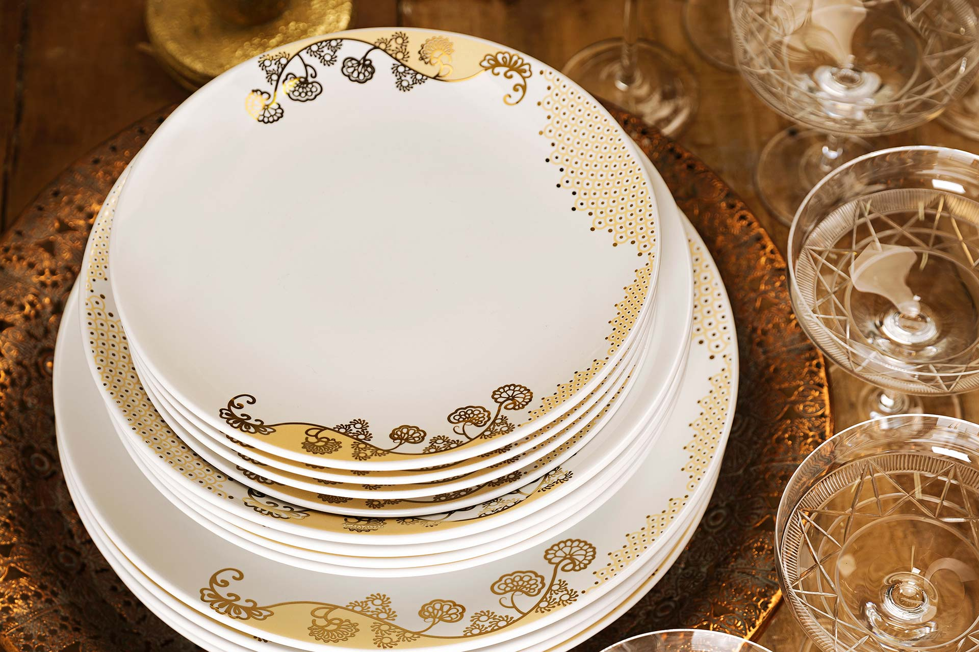 Imagem: Na coleção Coup Golden, o destaque está no contraste entre dois tons de ouro: fosco e brilhante. Uma louça linda e requintada que também pode ser usada no micro-ondas. Todos os traços dourados são feitos com a nova tinta dourada sem metais.