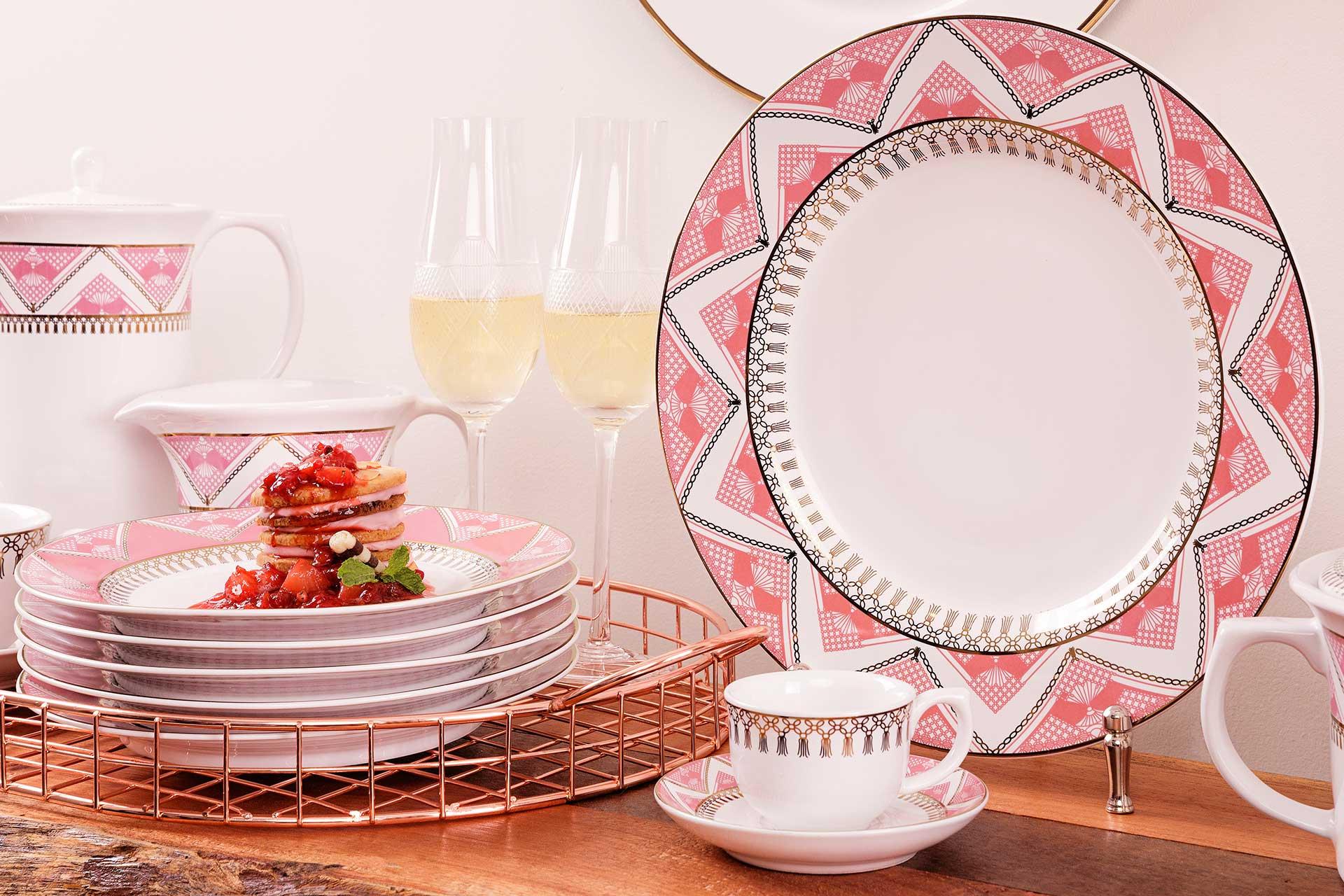 Imagem: Coleção Flamingo Macramê, da linha Oxford Porcelanas. A decoração é inspirada na técnica artesanal de mesmo nome da coleção e também possui detalhes feitos com ouro de micro-ondas.