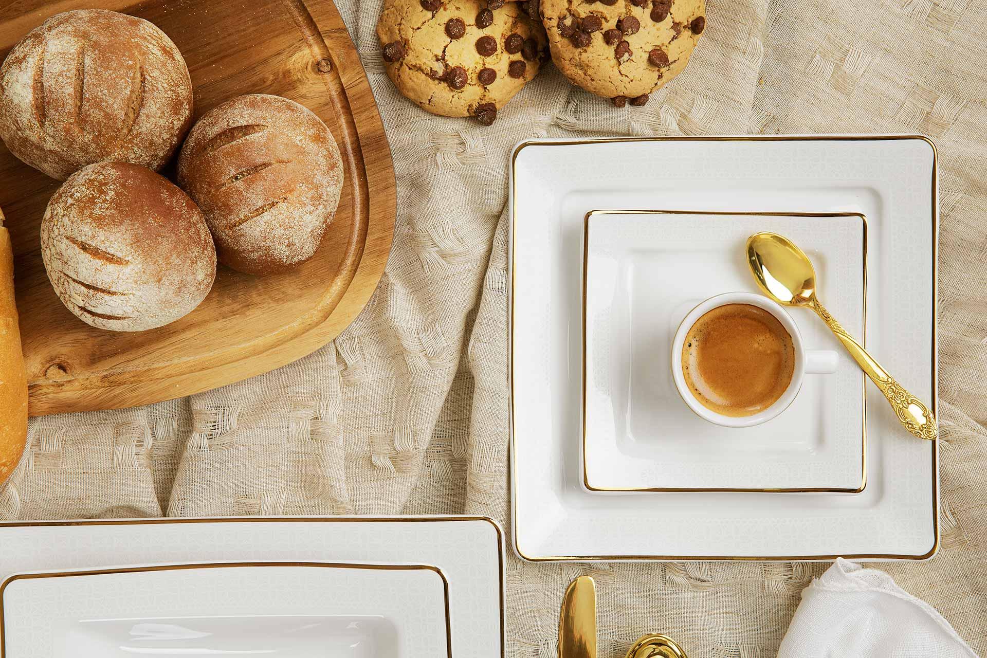 Imagem: O modelo Nara é a releitura do prato quadrado da Oxford. As bordas das peças recebem uma delicada padronagem em branco, juntamente com um filete dourado. Todas as peças dessa coleção podem ser usadas no micro-ondas.