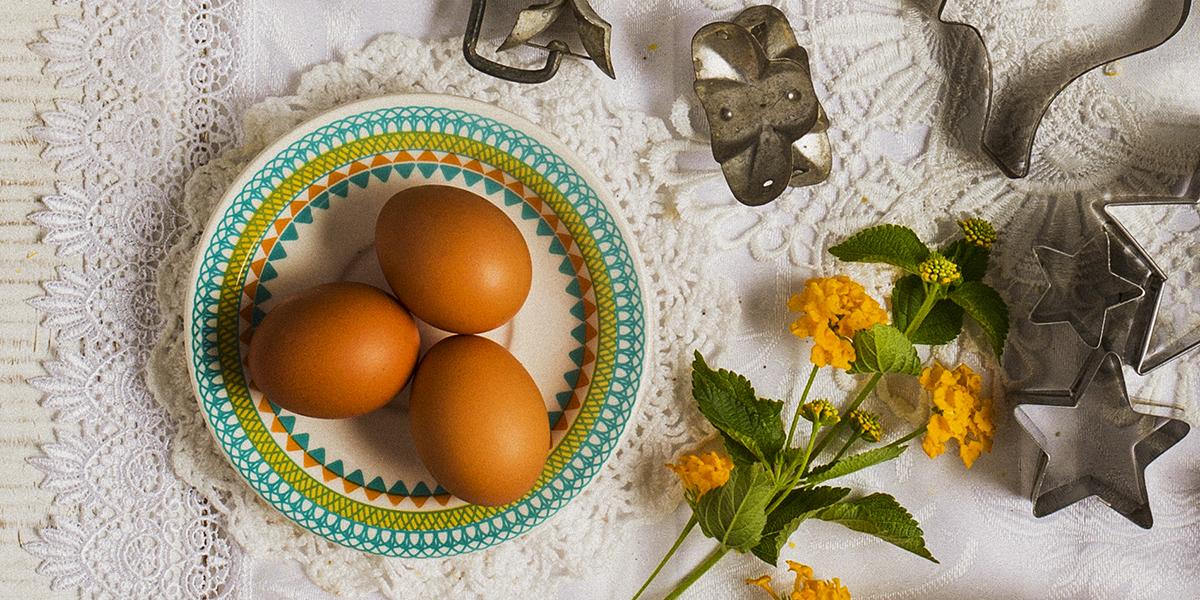 Experimente usar o pires para separar os ingredientes da sua receita. Na foto o pires Floreal Bilro, da Oxford Daily.