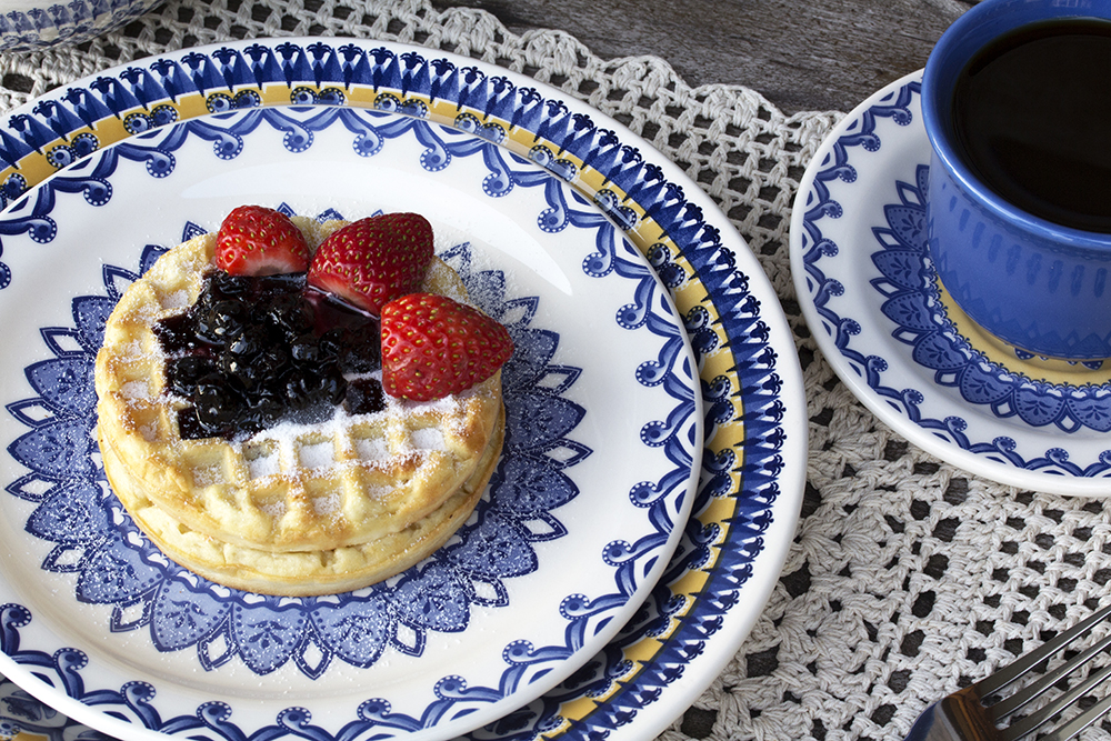 Waffles com geleia e um cafezinho pra acompanhar. Uma opção mais leve servida na linda louça Floreal La Carreta (http://www.oxfordporcelanas.com.br/floreal-la-carreta/p), da Oxford Daily. Foto: Equipe Oxford.