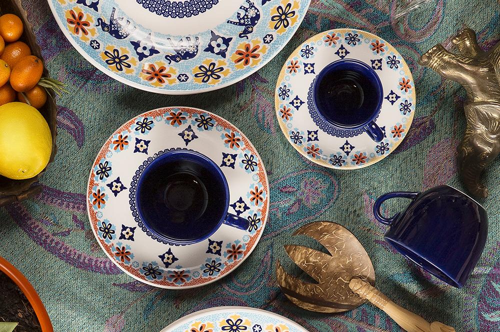 Imagem: As xícaras na cor azul escura dão um toque de modernidade para a composição.
