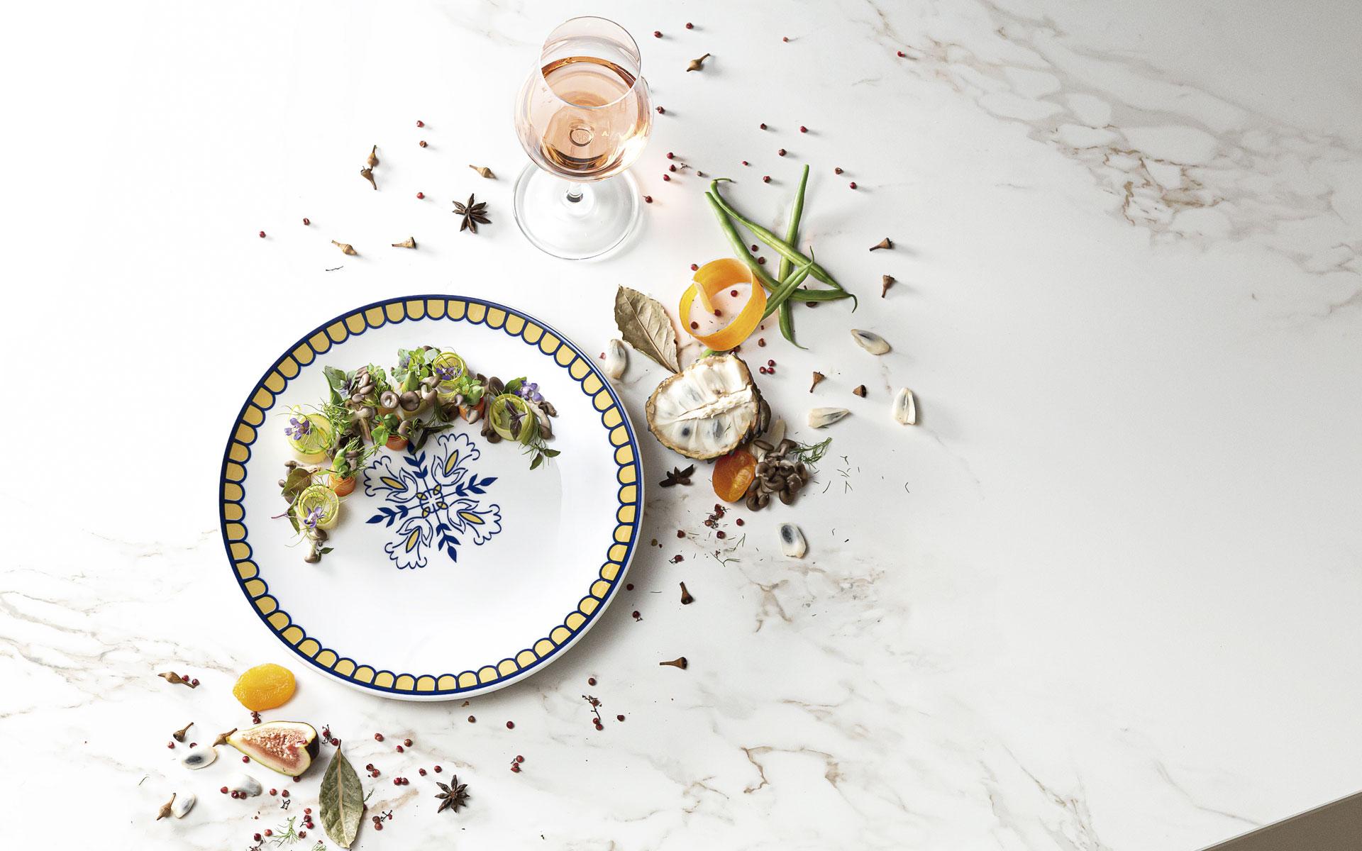 Texto: O prato raso da coleção Coup Lisboa tem decoração inspirada na azulejaria portuguesa. Foto: Carpintaria Estúdio.