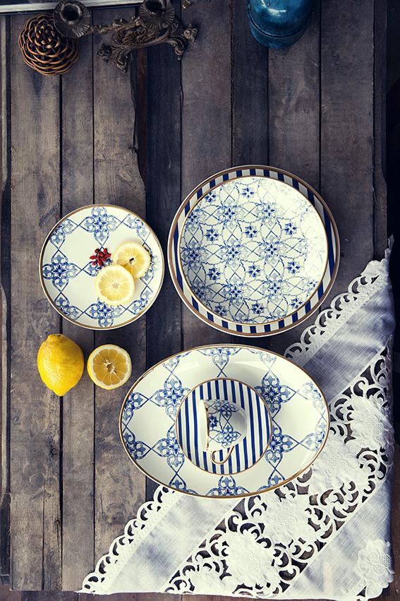 Texto: Artes da azulejaria presentes também na mesa. Na foto, a coleção Coup Lusitana, da Oxford. Foto: Carpintaria Estúdio.