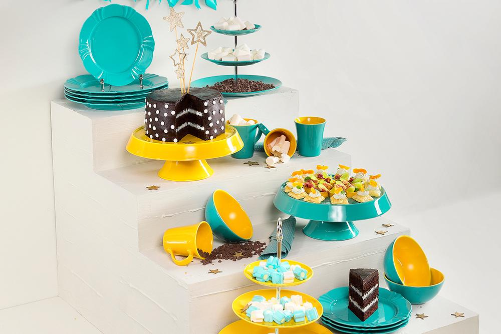 Imagem: As fruteiras Dreams e Yellow podem ser combinadas com outras peças da Oxford que possuem as mesmas cores, como os pratos Tower para bolo.