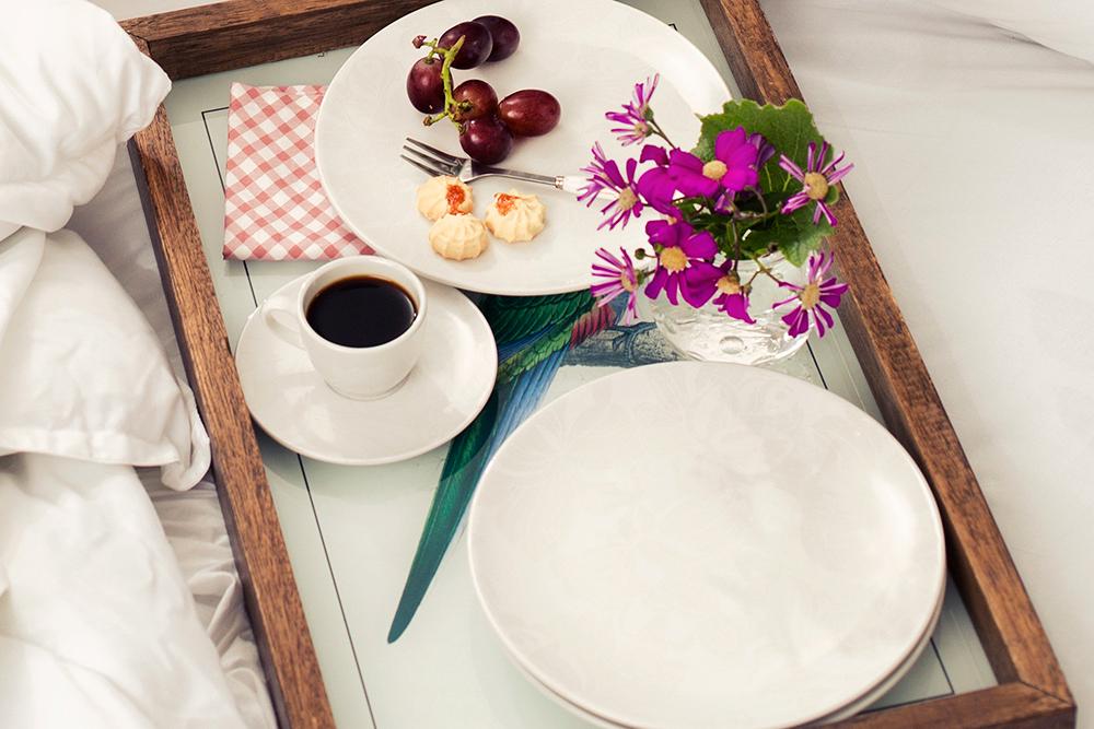 Imagem: A coleção Coup Blanc é delicada e muito discreta. A decoração possui rosas brancas.