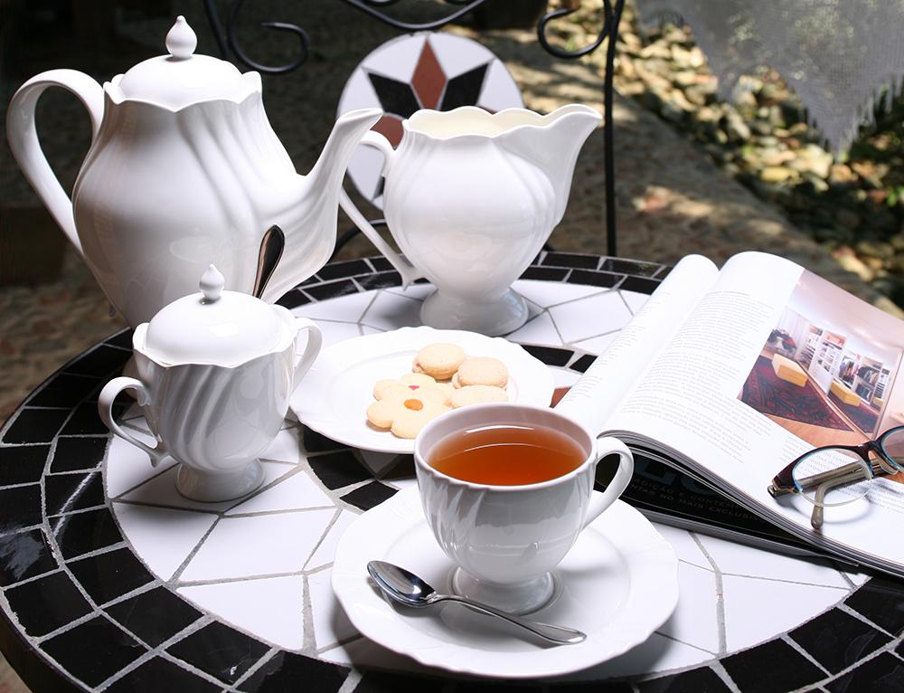Imagem: Um chá ou café com bolinho e biscoitos é perfeito para despertar boas lembranças e trazer muito aconchego. A louça é da coleção Soleil White, que tem também bule, açucareiro e leiteira.