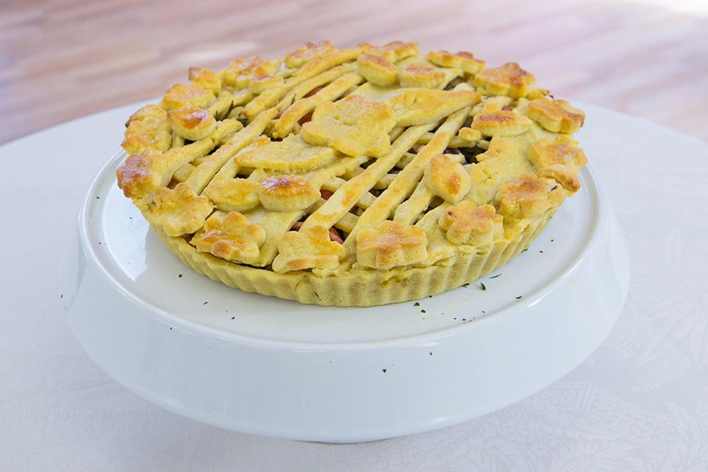 Essa torta feita por um dos participantes do Bake Off Brasil, do SBT, ficou ainda mais bonita nesse prato. Foto: Artur Igrecias.