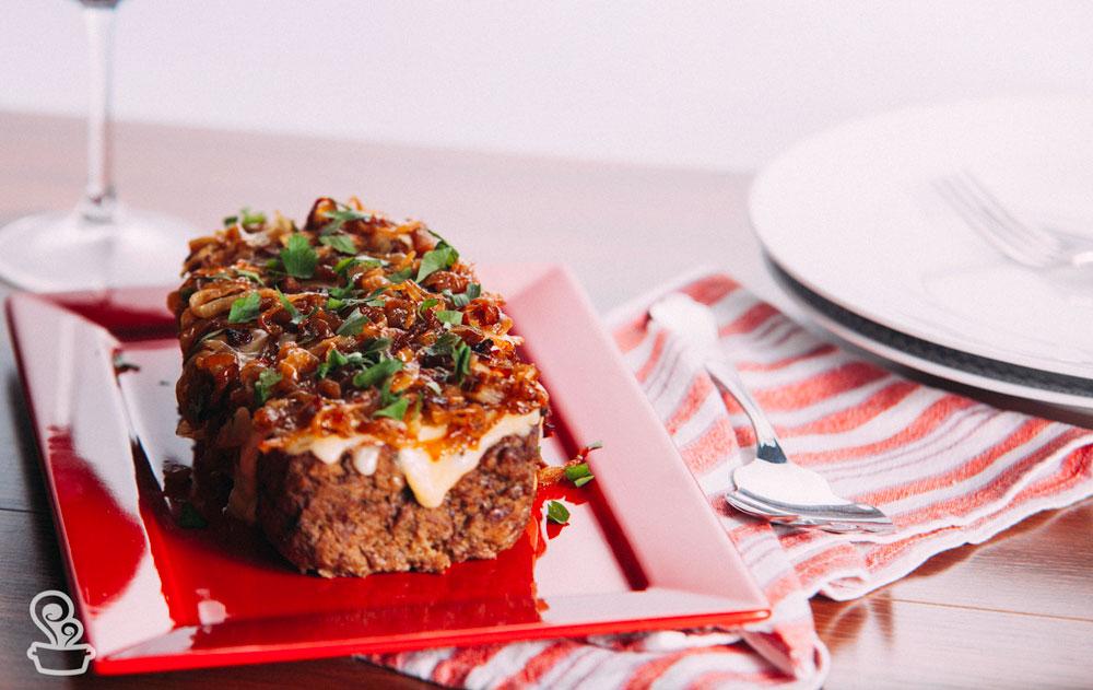 Torta de carne com queijo e cebola