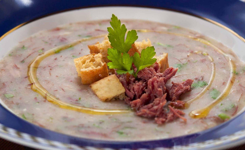 Imagem: Receita de caldo de mandioca com carne seca. Foto: Raphael Günther/Bespoke Content.