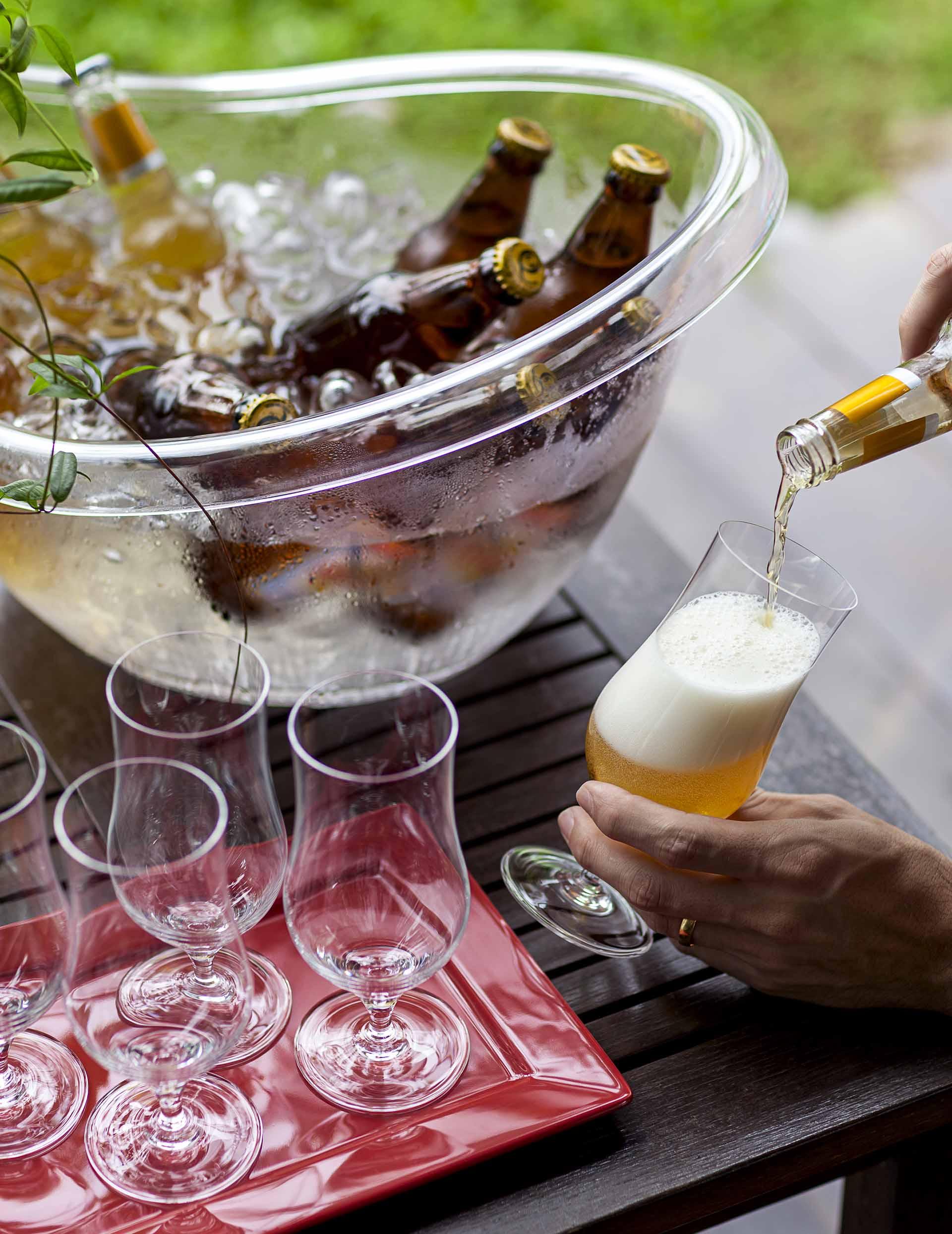 Imagem: Uma das formas de se gelar bebidas de maneira eficiente é usando um recipiente com gelo e sal. Foto: Raphael Günther/Bespoke Content.