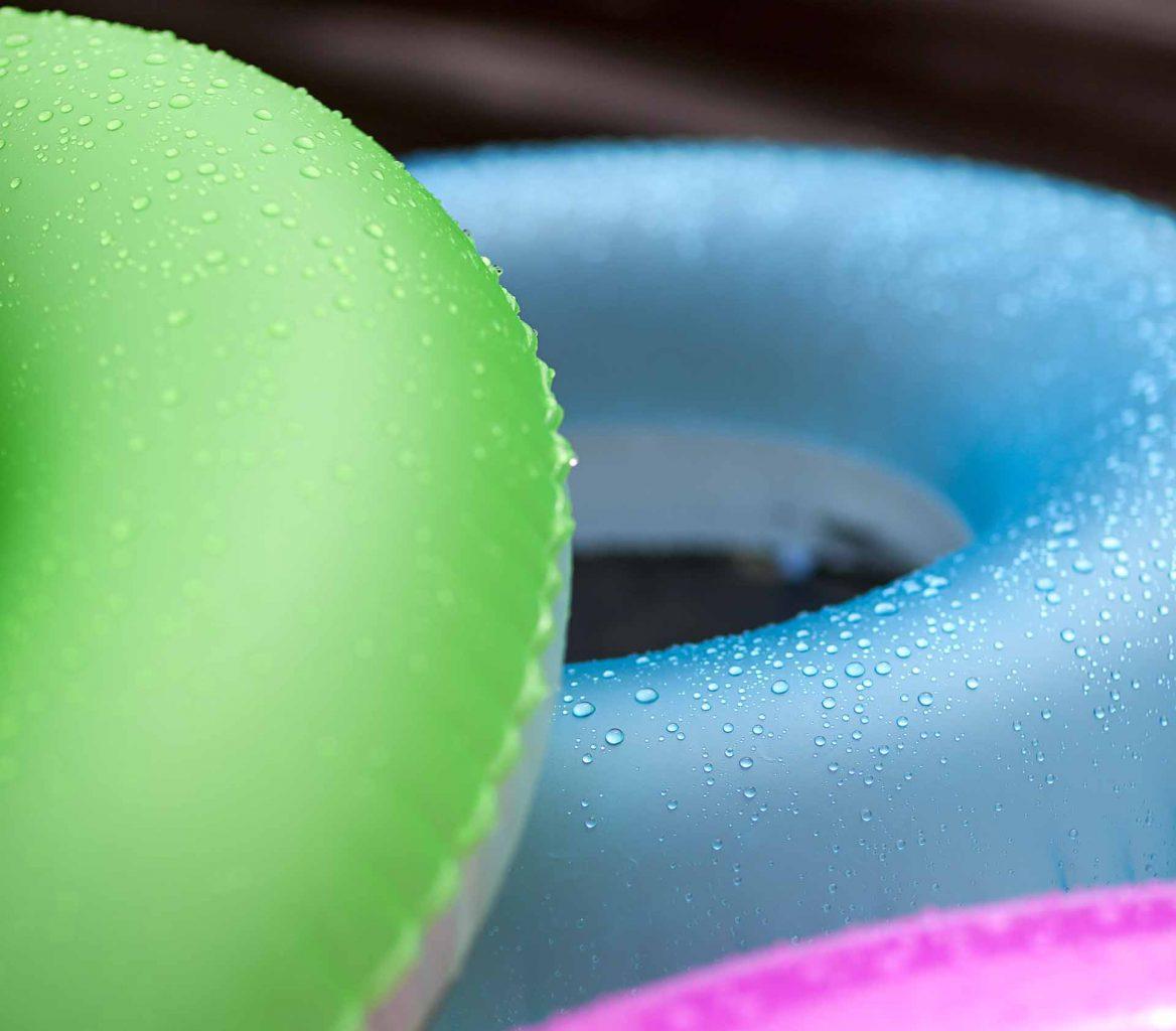 Imagem: Além de divertir adultos e crianças na piscina, as boias coloridas também fazem parte da decoração. Mesmo se chover, podem permanecer em volta da piscina, dando aquele tom alegre à festa. Foto: Raphael Günther/Bespoke Content.