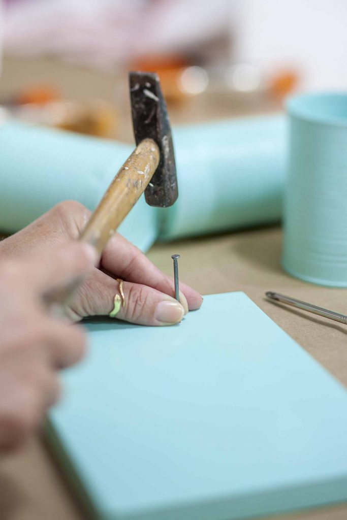 Imagem: Passo 5: Faça os 6 furos na madeira usando martelo e prego. Foto: Raphael Günther/Bespoke Content.