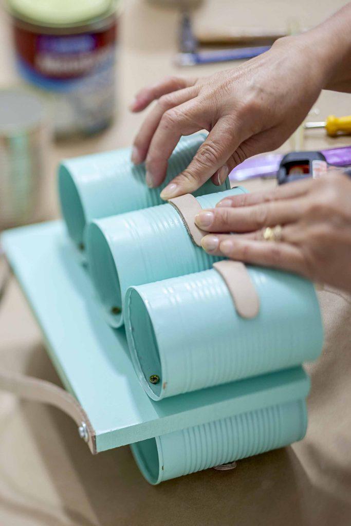 Imagem: Passo 8: Cole os pedaços de couro nas latas e nomeie cada um de acordo com seu uso. Exemplo: colher, faca, garfo. Foto: Raphael Günther/Bespoke Content.