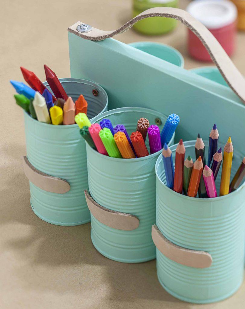 Imagem: A ideia pode virar ainda um organizador de mesa ou de ferramentas. Se você tem crianças em casa, que tal transformá-lo em um porta-lápis? Abuse das cores para deixar a peça divertida. Foto: Raphael Günther/Bespoke Content.