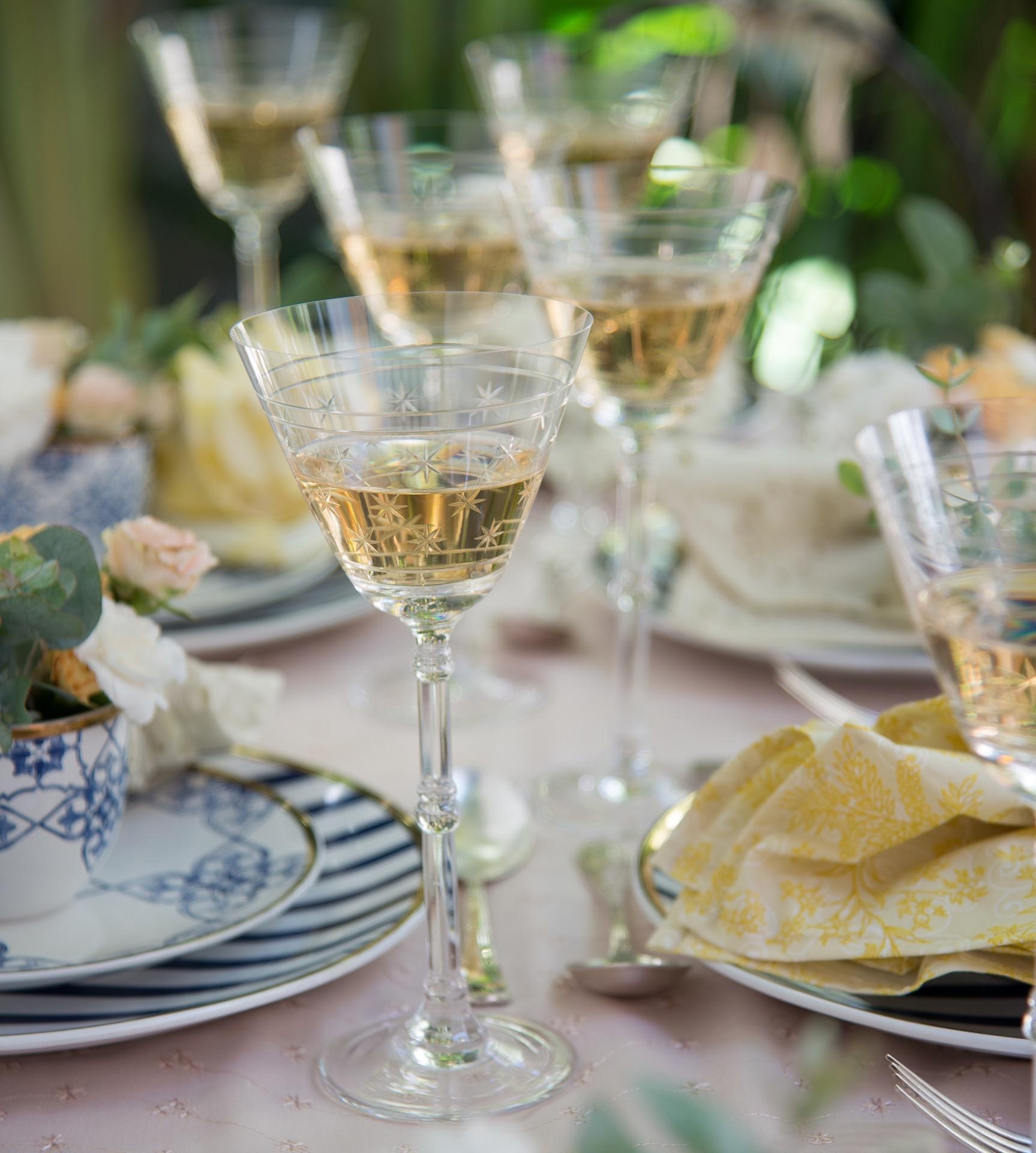 Imagem: Taças de cristal ganham destaque na mesa. Guardanapo amarelo da Villa Pano. Foto: Cacá Bratke.