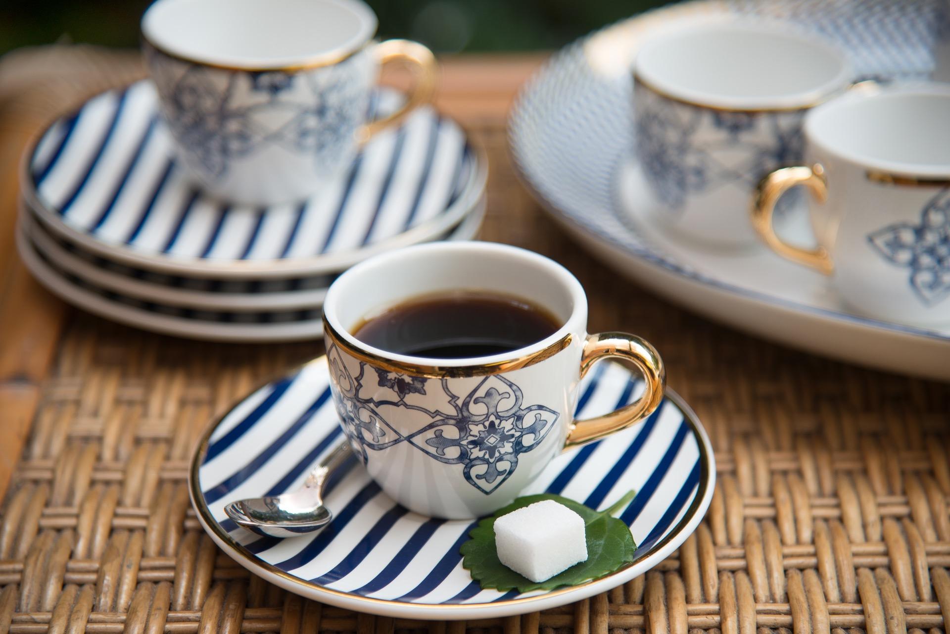 Imagem: A folha com o cubo de açúcar é um detalhe cheio de charme e que faz a diferença na hora de servir o café. Foto: Cacá Bratke.