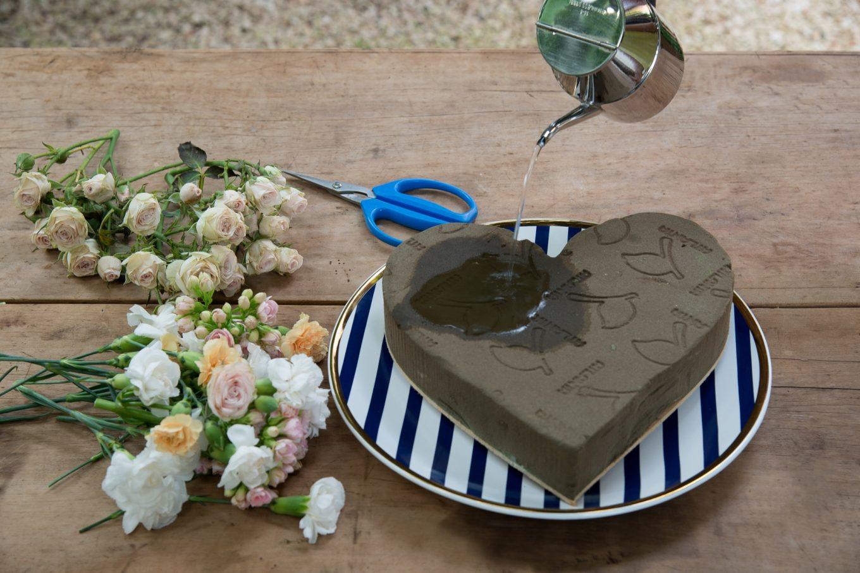 Imagem: Passo 2: Com cuidado, derrame água sobre toda a espuma floral, até que ela fique bem úmida. Foto: Cacá Bratke.
