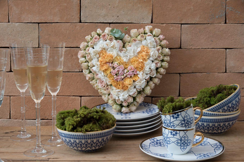 Imagem: Passo 7: Para finalizar, faça uma composição com pratos, bowls e xícaras, criando pilhas de várias alturas. Isso irá dar movimento ao conjunto. Posicione o arranjo de flores na vertical. Por último, coloque um pouco de musgo dentro das tigelas e xícaras. Foto: Cacá Bratke.