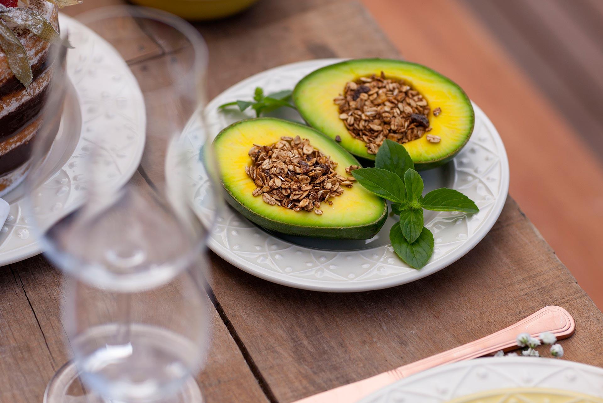 Imagem: No espaço da semente, cereais e uma dupla função para os abacates! Temperos, mosquitinhos e folhas verdes completam a mesa. Foto: Raphael Günther/Bespoke Content.