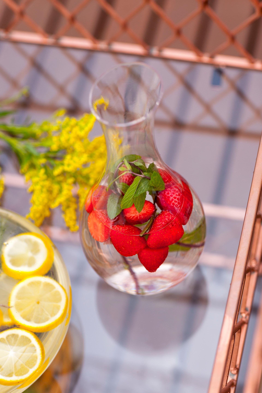 Imagem: Águas saborizadas são práticas e fáceis de fazer e vão superbem no calor. Você pode servir em jarras, moringas ou decanters. Foto: Raphael Günther/Bespoke Content.